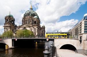 berlijnse kathedraal, uitzicht over water foto