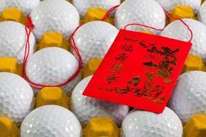 typische porseleinen rode envelop en golfballen foto