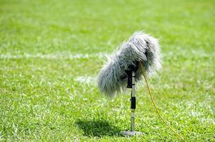selectieve aandacht van professionele sport microfoon op gras foto