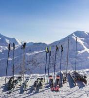 ski's en stokken foto