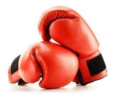 paar rode bokshandschoenen dat op wit wordt geïsoleerd foto