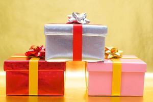 geschenkdozen met rode achtergrond foto