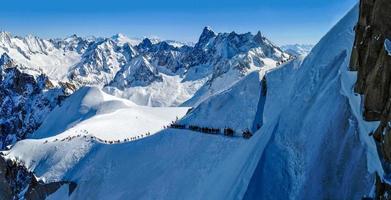 panorama met skiërs op weg naar Vallée Blanche, Frankrijk