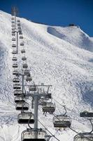 stoeltjeslift in skigebied krasnaya polyana, rusland foto