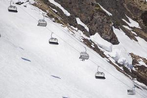 stoeltjeslift op een skigebied foto