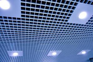 modern plafond in het kantoor centrum foto