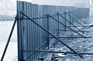 eenvoudig hek, op de bouwplaats