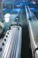 locomotief en wagons op treinstation foto