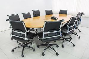 vergadertafel en zwarte haren in de vergaderzaal foto
