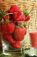 Aardbeienvruchtenbessen - zout en pruimensaus foto