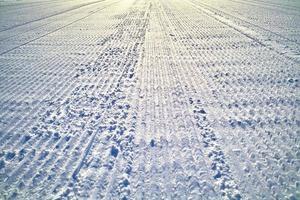 spoor van verdichte sneeuwwagen foto