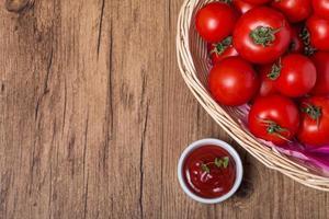 kom tomatensaus ketchup en tomaten foto