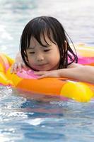 klein meisje in het zwembad foto