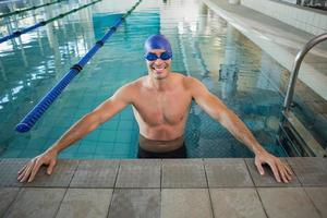fit zwemmer in het zwembad bij recreatiecentrum foto