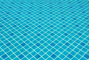 blauw gescheurd water in het zwembad foto