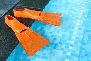 oranje rubberen flippers in het zwembad