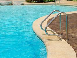 blauw zwembad met trap bij hotel foto