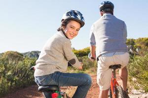 vader en zoon op een fietstocht foto