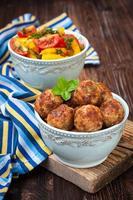 gehaktballen in een kom en sla groenten foto