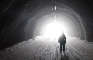 skiër ziet het licht aan het einde van de tunnel
