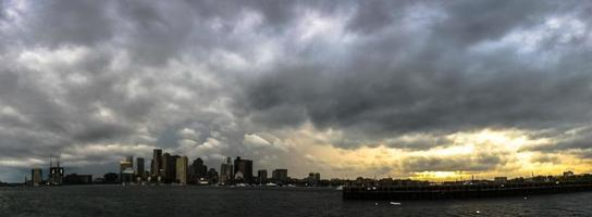 boston skyline panorama met cloudscape foto