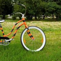 een oranje fiets