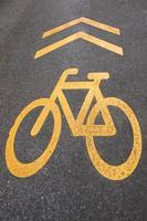 fietspad teken op de weg foto