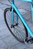 de wielen van fietsen geparkeerd op het park. foto