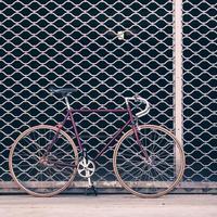 wegfiets en betonnen muur, stedelijke scène vintage stijl foto