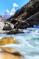 besneeuwde bergen en gletsjervallei