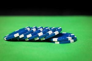 stapel pokerfiches op een groene tafel foto