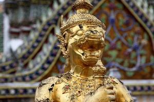 gouden standbeeld in bangkok foto