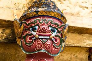 rood gezicht reus in de tempel foto