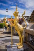 mythologische figuur, kijkt naar de tempel in het grote paleis foto
