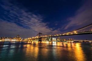 New York skyline van de stad bij nacht foto