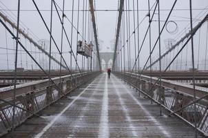 sneeuw op brooklyn bridge foto