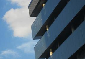gebouw in new york city met lucht op de achtergrond foto