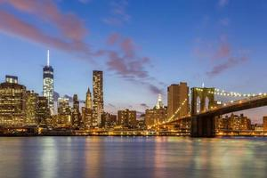 brooklyn bridge en downtown new york city 's nachts foto