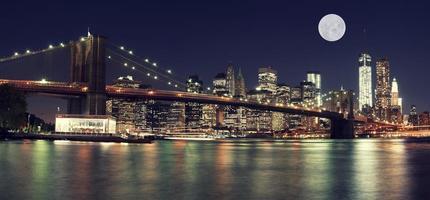 skyline van new york's nachts met maan