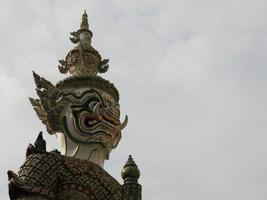 het reuzebeeldhouwwerk van Boedha in wat phra kaew Thailand foto