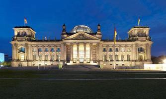 Berlin reichstag, panoramisch uitzicht 's nachts foto