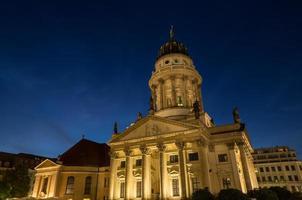 Franse kathedraal op de gendarmenmarkt in Berlijn Duitsland nacht