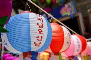 hangende lantaarns voor het vieren van de verjaardag van Boeddha in Zuid-Korea. foto