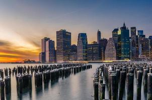 zonsondergang over het centrum van Manhattan foto