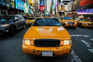 taxi's op 7th Avenue soms Times Square, New York City