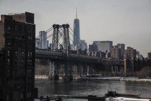 De skyline van de stad van new york uit brooklyn met brug foto