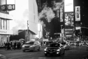 time square in new york city's nachts foto