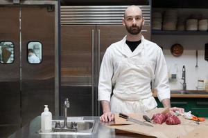 slager bereiden van ossenhaas foto