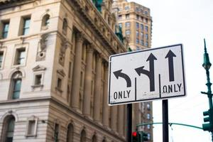 wijzers op de weg naar straten in new york city foto