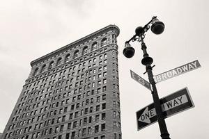 uitzicht op straat van het flatiron-gebouw en het broadway-bord in ny foto